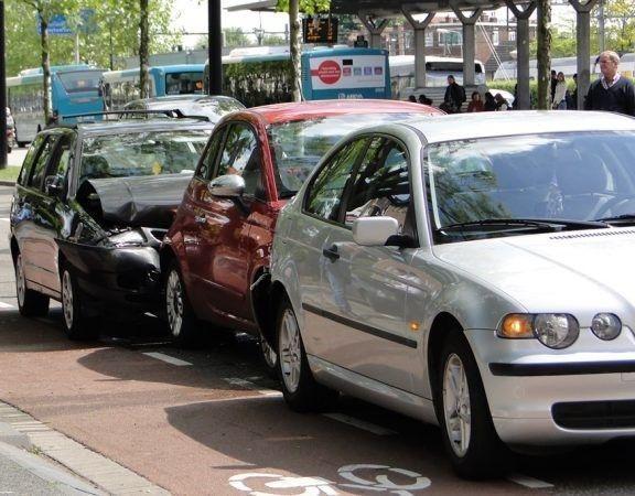 een kop-staartbotsing tussen 3 auto's