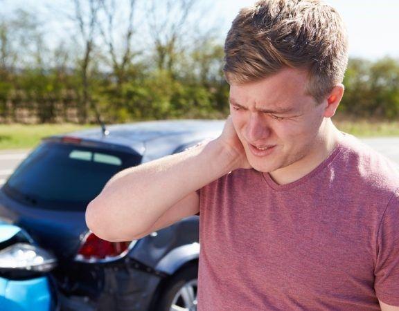 een bestuurder met nekklachten na een aanrijding (kop-staart)
