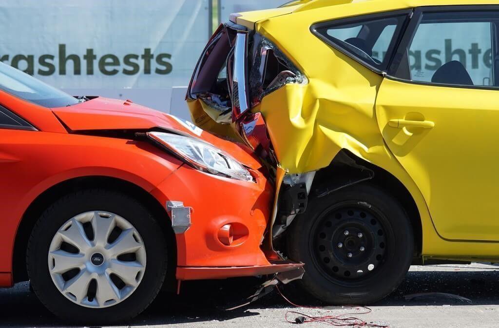 Succesvolle overstap: kop-staartbotsing waardoor de achterkant van de voorste auto helemaal in de kreukels ligt