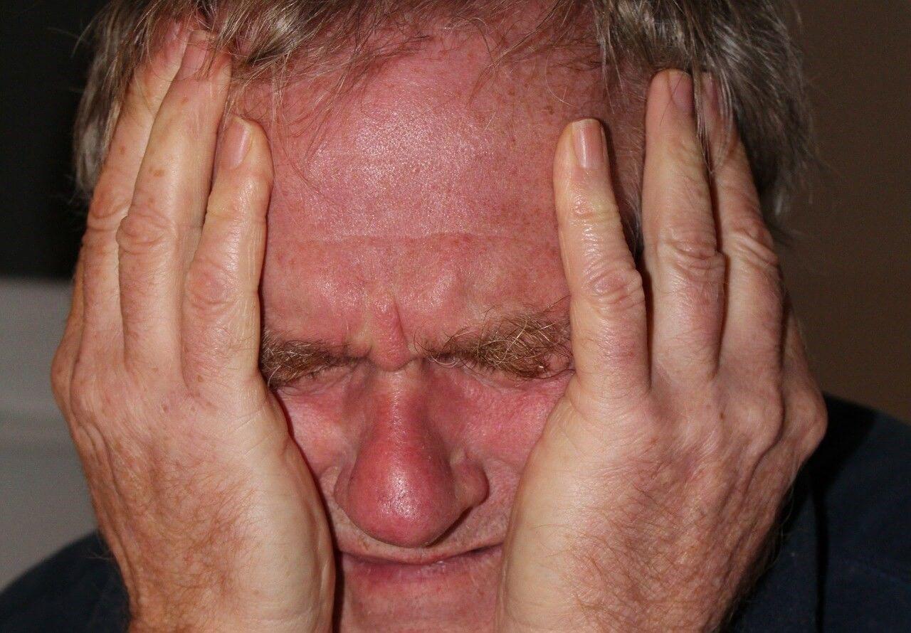 Wanhopige man: cliënten worden wanhopig door de houding van verzekeraars