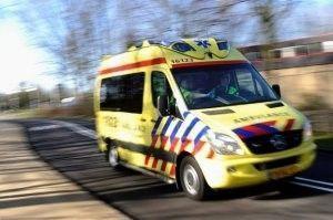 een ambulance is onderweg naar een aanrijding
