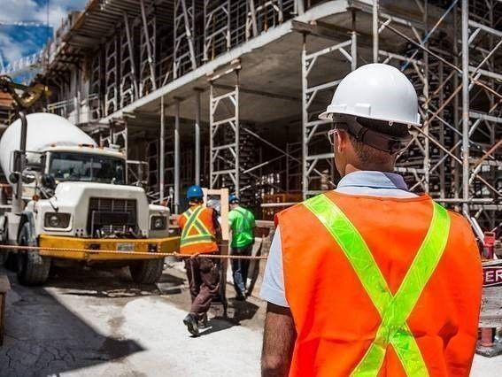bouwvakker. Aantal bedrijfsongevallen neemt af