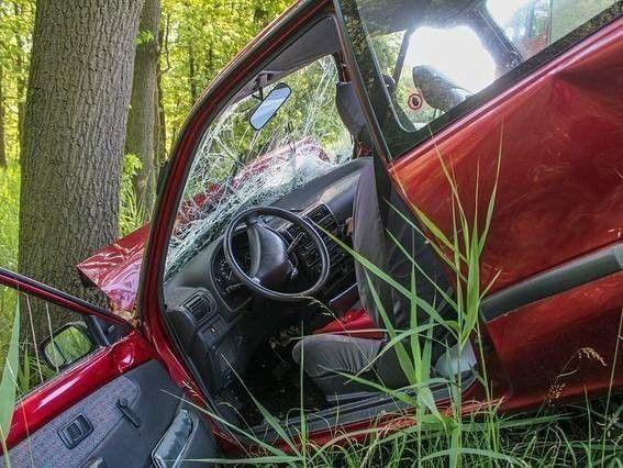 rode auto tegen boom, inzittende met letselschade