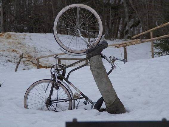 fiets in sneeuw gevallen door gladheid
