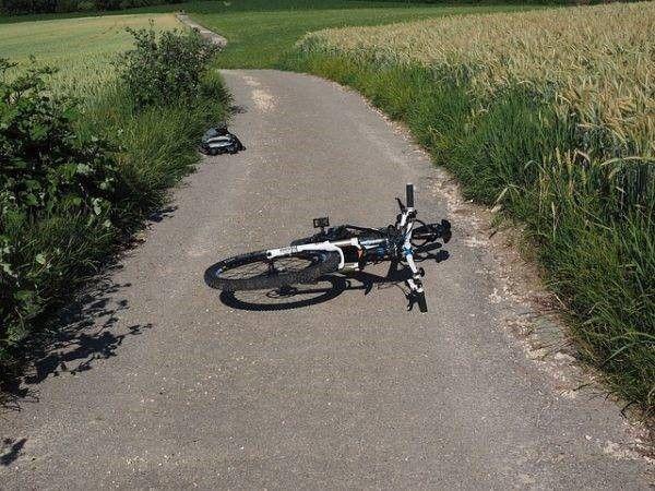Fiets ligt op grond. Veiligheid fietser