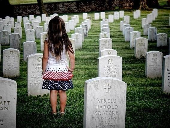 Kind bij graf MH17 nabestaanden en letselschade