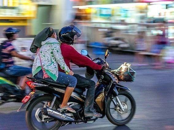 jongelui op scooter