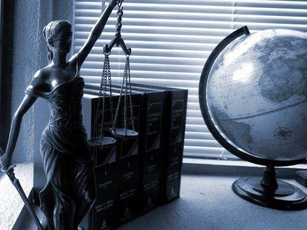 Vrouwe Justitia en aansprakelijkheid en directe actie
