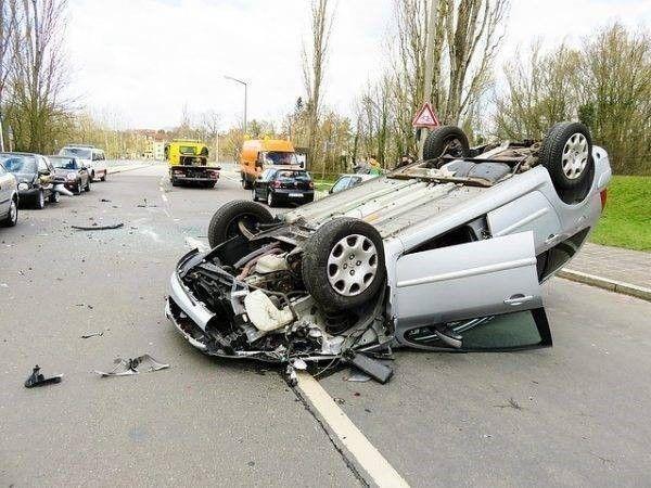 Auto op de kop, Botsing in de file, welke automobilist is aansprakelijk voor uw schade?