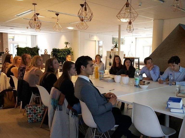 Studenten aan tafel tijdens masterclass bij JBL&G