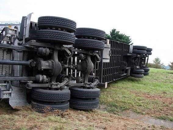 Omgevallen vrachtauto door gevaarlijke verkeerssituatie met letsel als gevolg