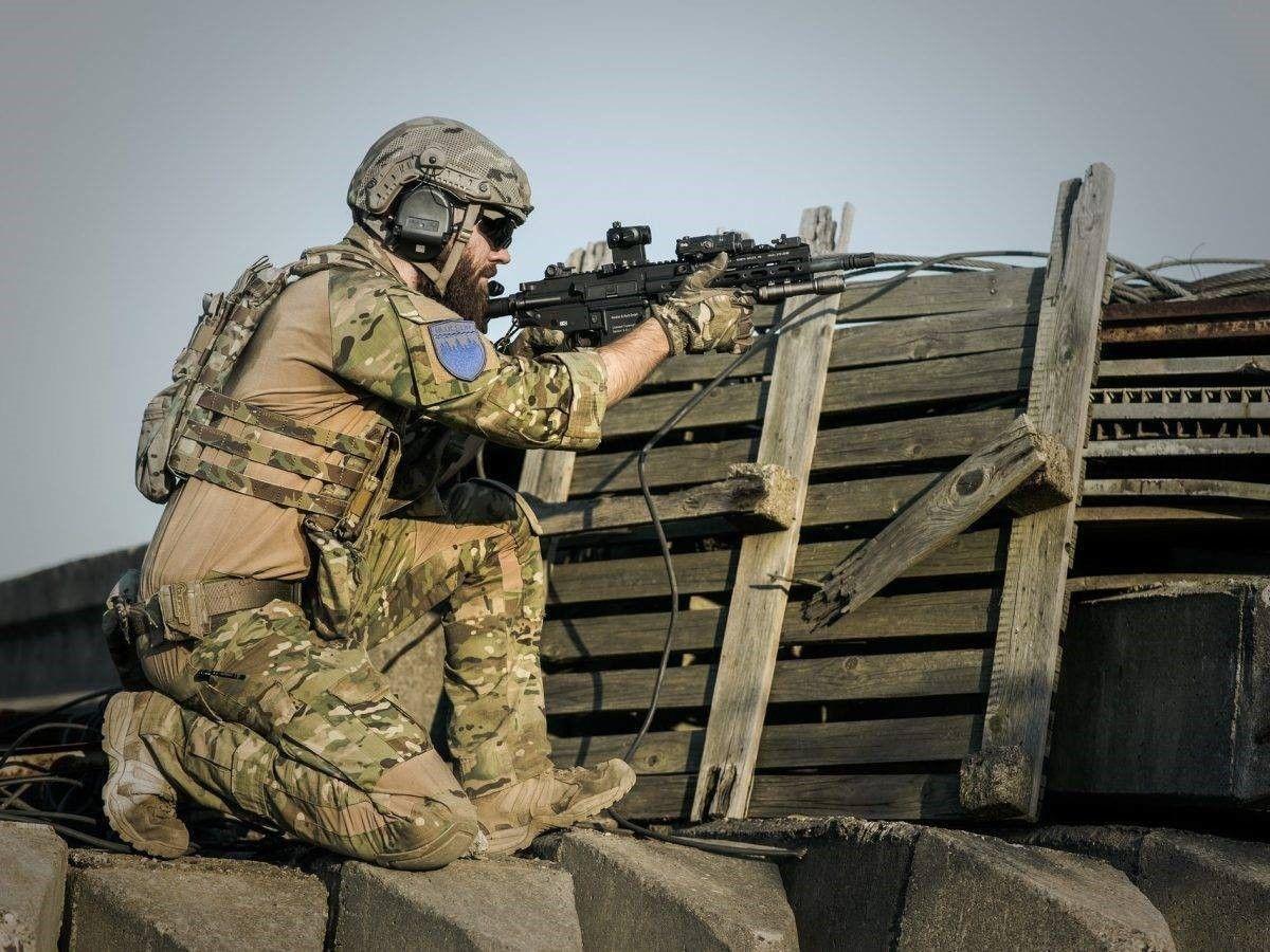 soldaat achter barricade