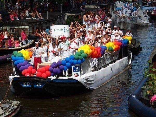 boot met feestende mensen, letselschade op de gaypride