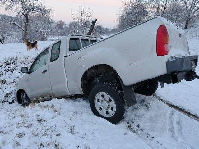 auto aangereden in de sneeuw door gladheid op de weg