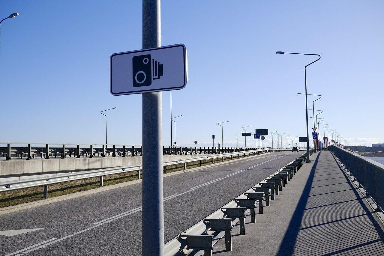 Verkeersbord met flitspaal erop: snelheidsboetes worden onder andere door informatie van flitspalen uitgedeeld