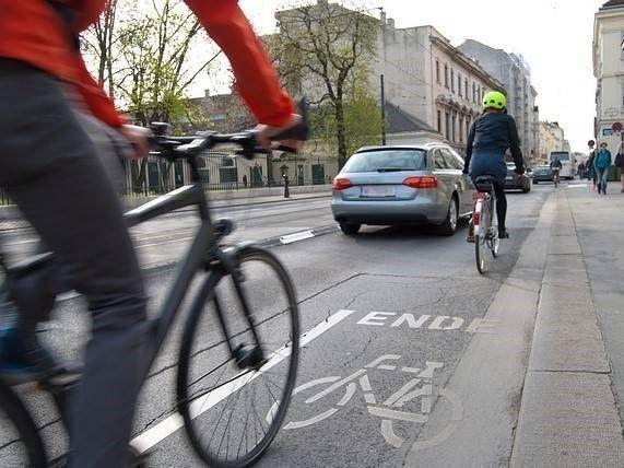 fiets rijdt achter auto, ongeval