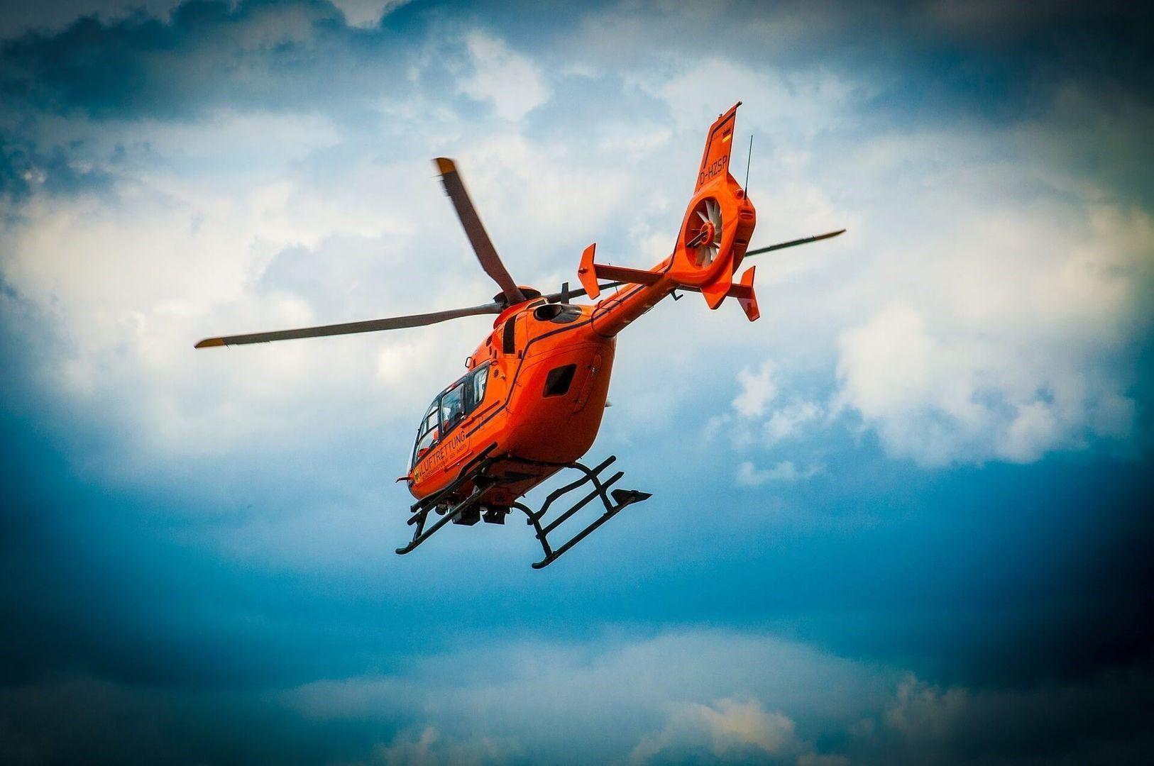 Op het plaatje vliegt een traumahelikopter in de lucht. Als u zeer ernstig gewond raakt bij een bedrijfsongeval, wordt naast een ambulance ook een traumahelikopter ingeschakeld.