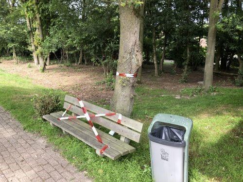 Een dag nadat de vakantieganger zijn aanvaring met het rupsennest had gemeld, werd het bewuste bankje bij de eikenboom omwikkeld met rood-wit lint.