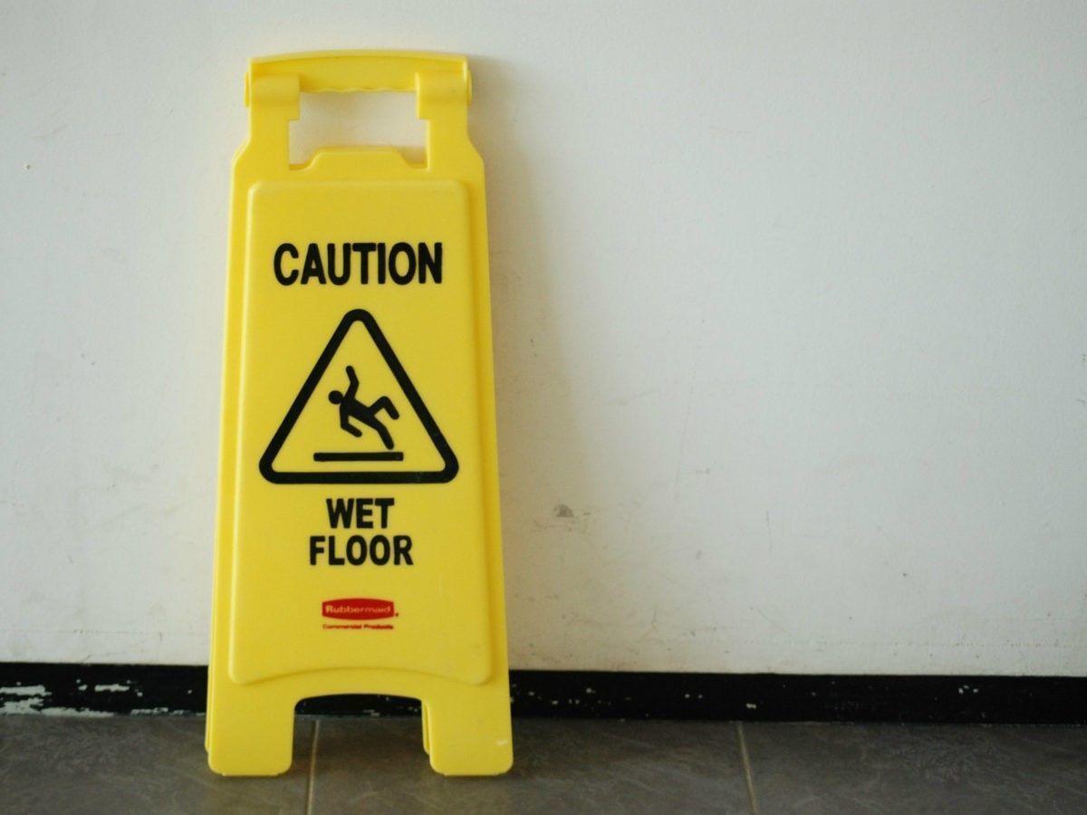 Is de supermarkt aansprakelijk te stellen als u bent gevallen op een pas gedweilde vloer omdat er geen dweilbordje stond?