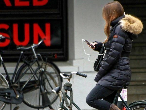 De mobiele telefoon zorgt voor gevaarlijke situaties in het verkeer. Moet u dringend een sms versturen terwijl u aan het fietsen bent? Stop dan even zodat u geen gevaar vormt voor uzelf en andere verkeersdeelnemers.